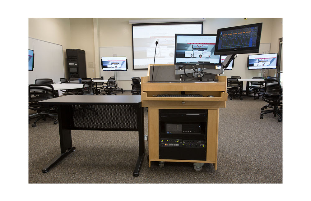 The videoconferencing system can easily be activated and controlled using the Extron TLP Pro TouchLink® Pro Touchpanel installed at the lectern.