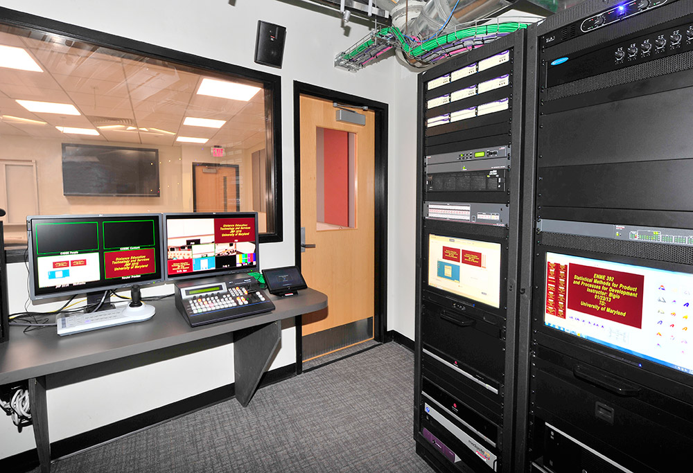 Technicians in the control room can monitor the lecture content recording and assist instructors in operating the classroom's AV system, such as switching between content display configurations.